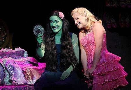UNLIKELY ALLIES. Elphie and Galinda strike up an uncanny friendship. (www.yahoo.com.ph)